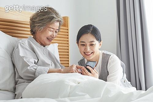 노인여자 (성인여자), 노인문제, 요양원 (양로원), 간호조무사 (간호사), 간병인 (의료계종사자), 의료봉사 (사회복지), 스마트폰