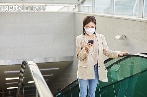 출퇴근 (여행하기), 코로나바이러스 (바이러스), 코로나19 (코로나바이러스), 사회적거리두기 (사회이슈), 마스크 (방호용품)