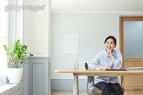 여성, 레이어드홈 (신조어), 재택근무 (원격근무), 근로시간, 비대면, 비즈니스우먼, 미소, 밝은표정