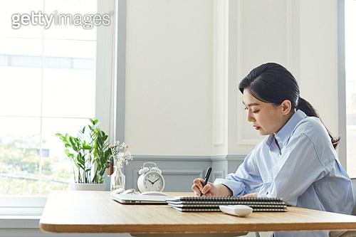 여성, 레이어드홈 (신조어), 재택근무 (원격근무), 근로시간, 비대면, 비즈니스우먼, 집중 (컨셉)