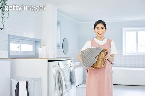 30대 (장년), 여성, 빨래 (허드렛일), 다용도실 (방), 가사 (허드렛일), 미소, 밝은표정