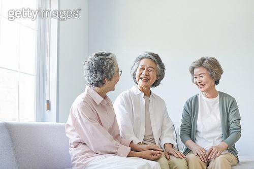 노인 (성인), 노인여자 (성인여자), 노인건강, 실버라이프 (주제), 공동체, 실버타운 (공동체), 노후대책 (사회이슈), 미소, 손잡기 (홀딩)