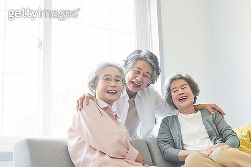 노인 (성인), 노인여자 (성인여자), 노인건강, 실버라이프 (주제), 공동체, 실버타운 (공동체), 노후대책 (사회이슈), 미소, 행복, 어깨동무
