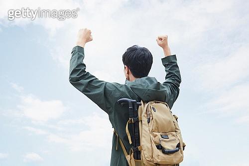 남성, 산, 산악등반 (클라이밍), 비대면, 산림, 혼자여행, 만세, 성취 (성공)