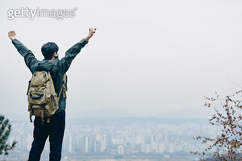 남성, 산, 산악등반 (클라이밍), 비대면, 산림, 혼자여행, 성취 (성공), 만세, 성공