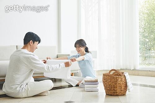여성, 빨래, 정리 (움직이는활동), 미소, 집안살림, 커플 (인간관계), 함께함