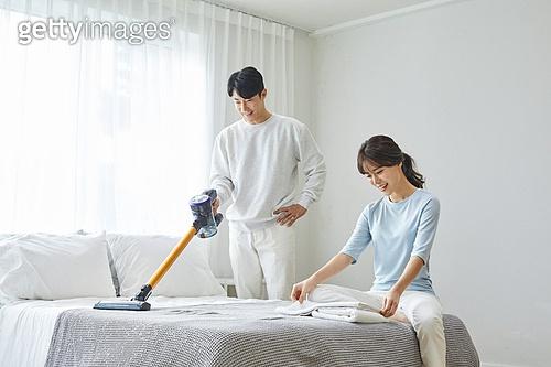 남성, 성인 (나이), 침대, 진공청소기 (클리닝도구), 클리닝도구 (가정장비), 가전제품 (생활용품)