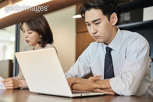 비즈니스, 비즈니스 (주제), 사업관계 (비즈니스), 비즈니스맨, 비즈니스맨 (사업가), 분석, 집중 (컨셉), 일 (물리적활동), 근로기준법 (법), 피로 (물체묘사), 고역 (컨셉), 스트레스 (컨셉), 노트북컴퓨터 (개인용컴퓨터), 직장내괴롭힘