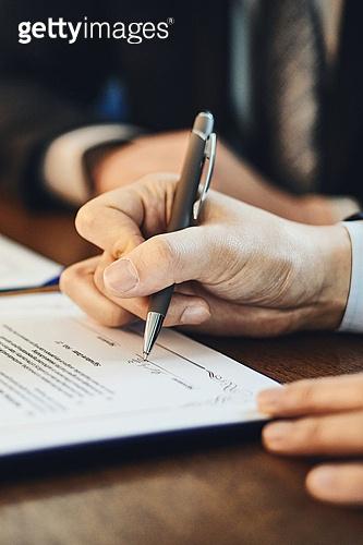 비즈니스, 비즈니스 (주제), 사업관계 (비즈니스), CEO (책임자), 글로벌비즈니스, 글로벌, 함께함 (컨셉), 협력, 협력 (컨셉), 금융, 합의 (컨셉), 계약, 계약 (서류), 약관 (컨셉), 서류 (인쇄매체), 서명, 서명 (글씨쓰기)