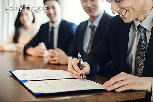 비즈니스, 비즈니스 (주제), 사업관계 (비즈니스), CEO (책임자), 글로벌금융, 글로벌비즈니스, 글로벌, 글로벌비즈니스 (비즈니스), 함께함 (컨셉), 협력, 협력 (컨셉), 금융, 기업 (비즈니스), 합의 (컨셉), 계약, 계약 (서류), 약관 (컨셉), 서류 (인쇄매체), 서명, 서명 (글씨쓰기)