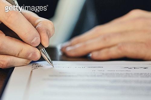 비즈니스, 비즈니스 (주제), 사업관계 (비즈니스), 사업가 (화이트칼라), CEO (책임자), 글로벌금융, 글로벌비즈니스, 글로벌, 함께함 (컨셉), 협력, 협력 (컨셉), 금융, 합의 (컨셉), 계약, 계약 (서류), 약관 (컨셉), 서류 (인쇄매체), 서명, 서명 (글씨쓰기)
