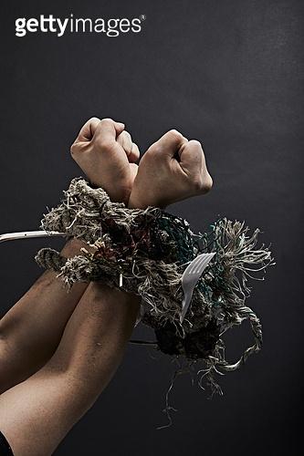 플라스틱, 쓰레기 (물체묘사), 구속 (컨셉), 환경오염, 밧줄, 수질오염 (공해), 손목