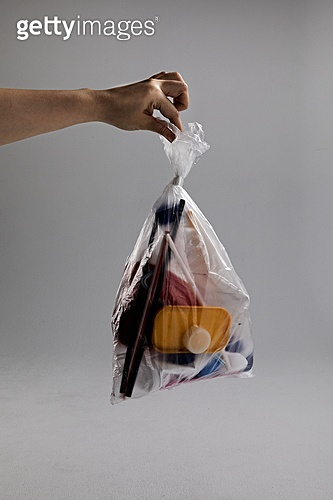 플라스틱, 쓰레기 (물체묘사), 폐기 (나쁜상태), 비닐봉투 (가방), 환경오염, 재활용 (환경보호), 사람손 (주요신체부분)