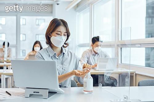 한국인, 코로나19 (코로나바이러스), 사회적거리두기 (사회이슈), 바이러스, 방역수칙 (주제), 질병예방, 마스크 (방호용품), 손소독제 (소독약), 위생 (컨셉)