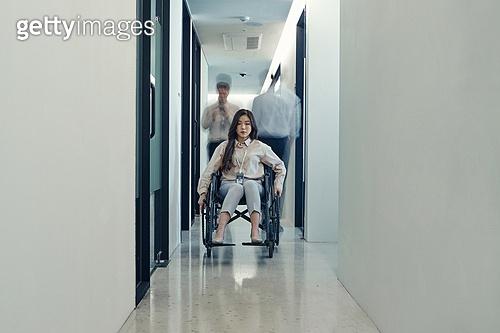 장애인 (장애), 휠체어, 장애, 사회복지, 신체장애, 소외계층, 역경, 고역 (컨셉), 무시 (어두운표정)