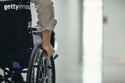 장애인 (장애), 휠체어, 장애, 사회복지, 메디컬컨디션, 신체장애, 고역 (컨셉), 불편함 (어두운표정)