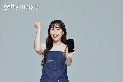 한국인, 20대 (청년), 청년 (성인), 스타트업 (소기업), 상인 (소매업자), 시간제근무 (직업), 스마트폰, 공고 (메시지), 파이팅 (흔들기), 만족, 미소