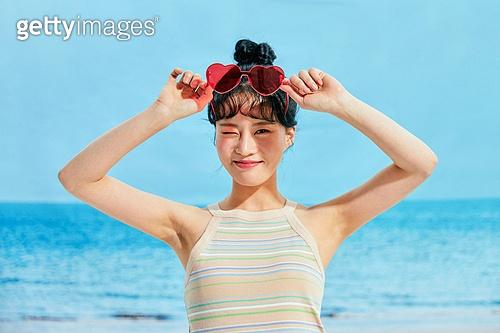 여름, 해변 (해안), 웃음, 여성 (성별), 시원함 (컨셉), 상업이벤트, 엷은색선글라스 (선글라스)
