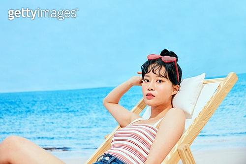 여름, 해변 (해안), 여성 (성별), 시원함 (컨셉), 상업이벤트, 엷은색선글라스 (선글라스), 도도함 (컨셉), 포즈취하기 (사진촬영)