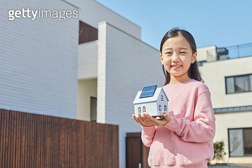 대체에너지 (연료와전력발전), 지속가능한에너지, 탄소중립 (환경보호), 집 (주거건물), 주거지역 (구역), 부동산, 태양열에너지 (대체에너지), 태양열장비 (동력장비)