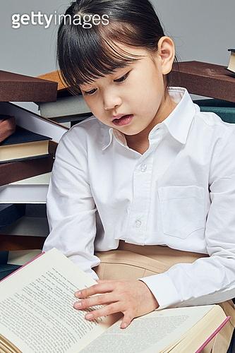 어린이 (나이), 초등학생, 교육 (주제), 가르침 (움직이는활동), 공부, 책, 독서 (읽기), 피로 (물체묘사), 고역 (컨셉), 스트레스
