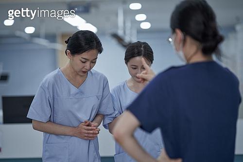 간호사, 간호사태움 (사회이슈), 간병인 (의료계종사자), 직장내괴롭힘 (괴롭힘), 갑질, 피로 (물체묘사), 스트레스 (컨셉), 우울, 꾸중 (말하기), 포인팅 (손짓)