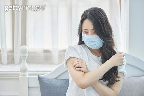 여성, 고통 (컨셉), 질병 (건강이상), 마스크 (방호용품), 감기 (질병), 코로나바이러스 (바이러스), 예방접종, 후유장해 (건강이상)