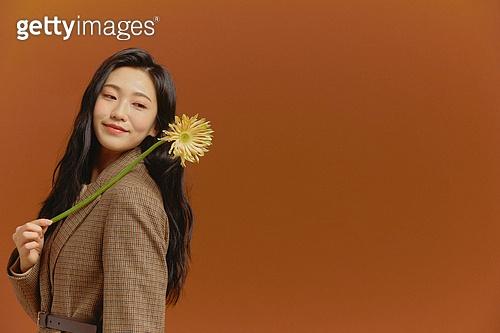 20대 (청년), 가을, 여성, 패셔너블, 패션, 꽃, 블레이저, 꽃한송이 (꽃)