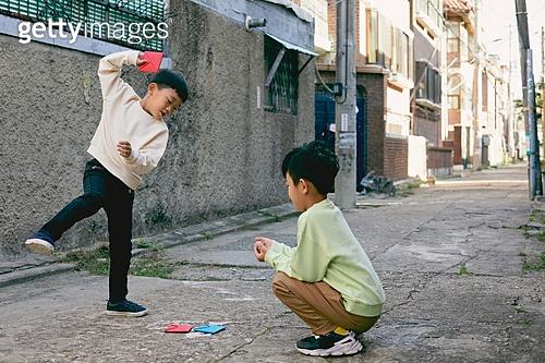 한국 (동아시아), 추억 (컨셉), 골목길 (도시도로), 골목길, 어린이 (나이), 딱지치기