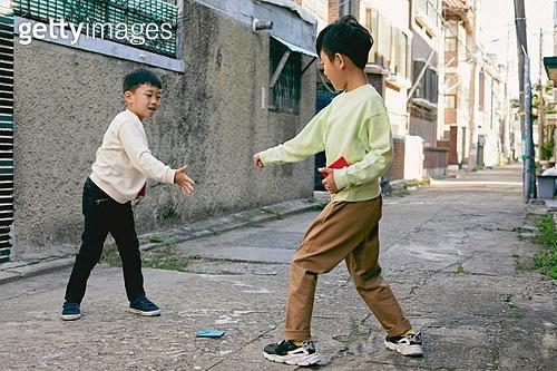 한국 (동아시아), 추억 (컨셉), 골목길 (도시도로), 골목길, 어린이 (나이), 딱지치기, 승리