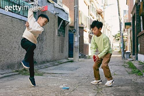 한국 (동아시아), 추억 (컨셉), 골목길 (도시도로), 골목길, 어린이 (나이), 딱지치기, 점프, 미소
