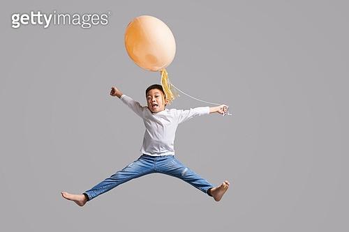 어린이 (나이), 점프, 높이뛰기, 순진 (컨셉), 얼굴표정 (커뮤니케이션컨셉), 개구쟁이 (역할)