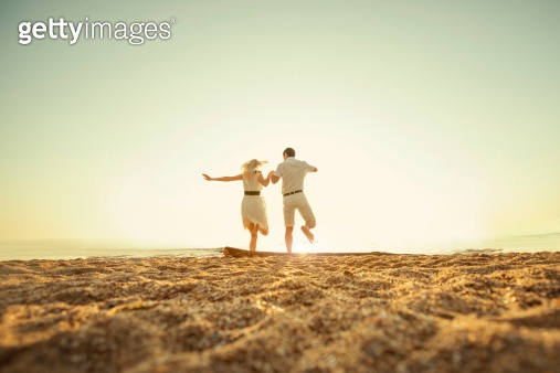 couple jumping to the sea