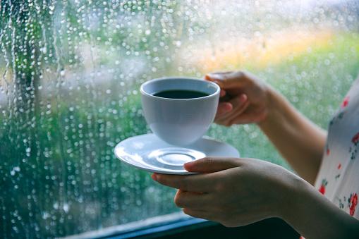 비오는날 창가에 앉아