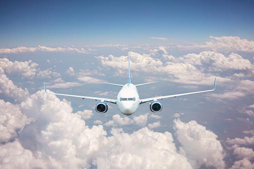 구름 위를 나는 비행기