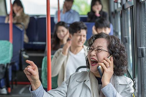 버스 내 스마트폰