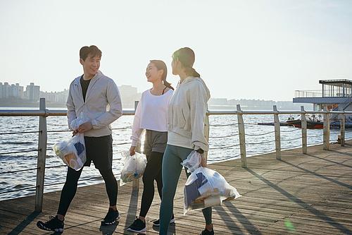 쓰레기봉투, 제로웨이스트, 지역봉사활동 (사회복지), 플로깅, 환경, 환경보호, 건강한생활 (주제), 캠페인, 남성, 여성, 미소, 걷기 (물리적활동), 대화