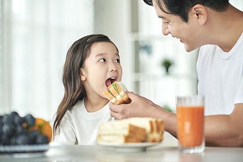 남성, 아빠, 어린이 (나이), 딸, 아침, 아침식사, 육아대디 (아빠), 먹여주기 (움직이는활동)