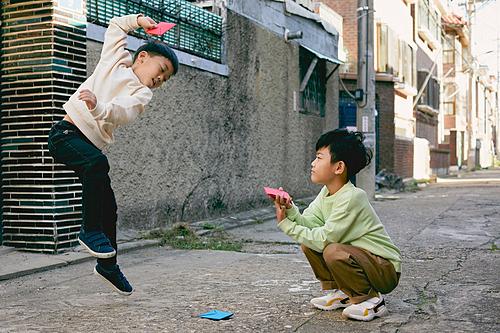 한국 (동아시아), 추억 (컨셉), 골목길 (도시도로), 골목길, 어린이 (나이), 딱지치기, 점프