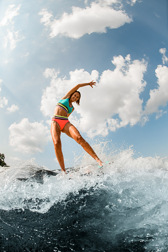 서핑보드 타는 여자