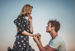 해외사진_Young man proposing to his girlfriend