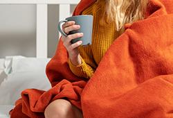 해외사진_cold room drinking coffee in bed