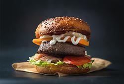 해외사진_burger on wooden table