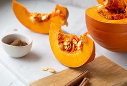 해외사진_Pumpkins with cinnamon sticks